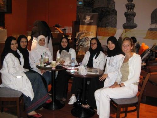 Abb. 3: Deutsche Studentin im Praktikum Ricarda mit Studentinnen des Dubai Medical College im Dubai Hospital