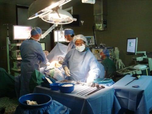 Abb. 7: Moderne laparoskopische OP-Techniken und Instrumente mit intraoperativem Ultraschall